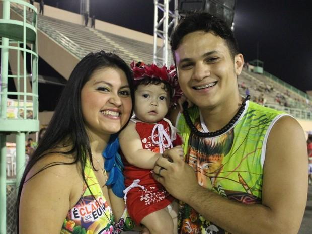 Willian Monteiro levou a família para a segunda noite de Boi Bumbá (Foto: Girlene Medeiros/ G1 AM)