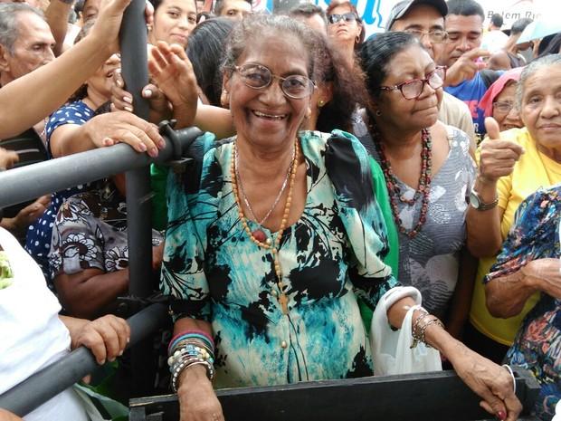 Francisca Cardoso, de 78 anos, garantiu o primeiro lugar na fila para provar o bolo do aniversário de Belém (Foto: Arthur Sobral / G1)