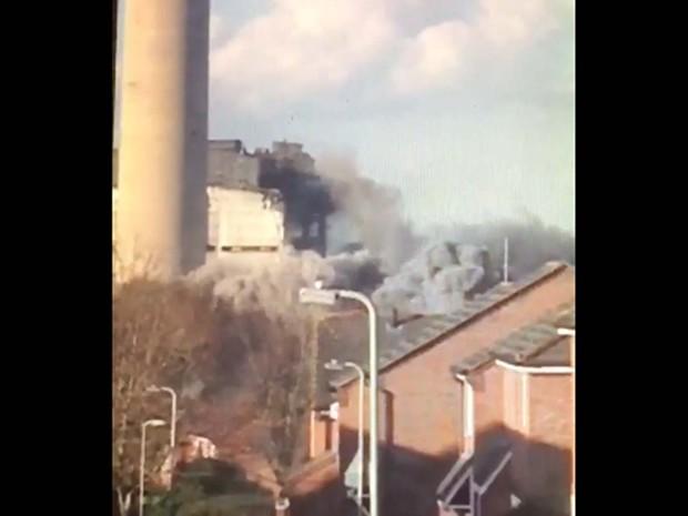 Imagem tirada de vídeo mostra fumaça em usina termelétrica em Oxfordshire, na Inglaterra (Foto: Reprodução/ Twitter/ Leah McLean)