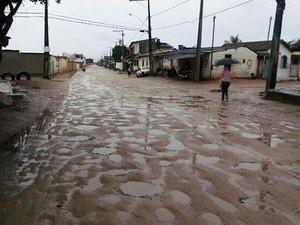 Ruas ficaram alagadas e moradores ficaram preocupados com as estruturas das suas casas. (Foto: Mirian Ferreira/Liberdadenews)