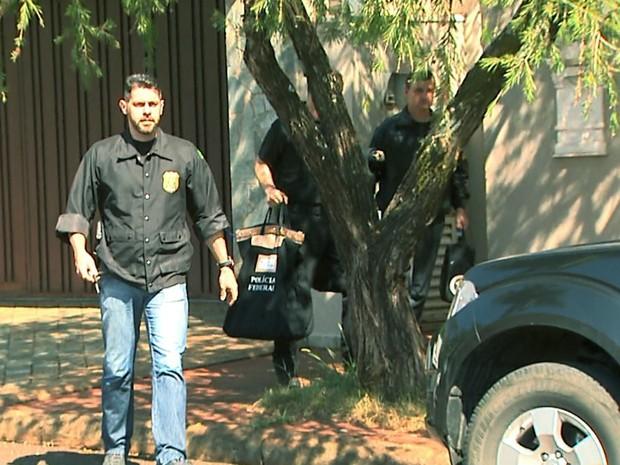 Agentes da PF cumpriram mando de busca na casa do ex-ministro em Ribeirão Preto (Foto: Paulo Souza/EPTV)