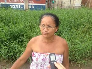 Gilvaneide Silva, de 50 anos, espera há 15 anos por melhoria em vias no bairro (Foto: John Pacheco/G1)