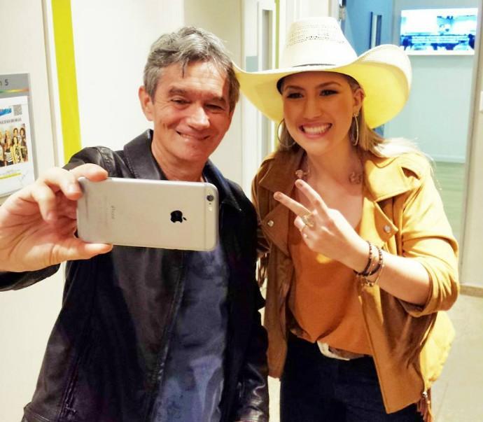 Apresentador Serginho Groisman tira uma selfie com a cantora e compositora cuiabana (Foto: Arquivo pessoal)
