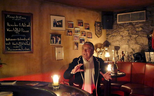 Hermann 'Pascha' Mueller, dono do bordel, gesticula enquanto fala em seu bordel em Salzburgo, na Áustria. Mueller disse que compensará com dinheiro do próprio bolso pelo trabalho das mulheres e bebidas consumidas durante a promoção (Foto: Leonhard Foeger/Reuters)