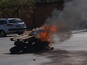 Taxistas protestam após morte de colega em Goianira, Goiás (Foto: Reprodução/TV Anhanguera)