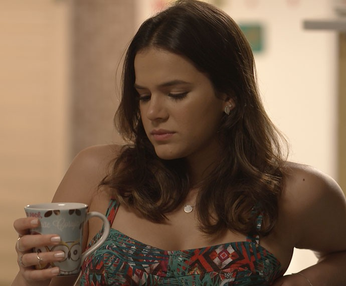Mari enjoa com café com leite e gera desconfiança (Foto: TV Globo)