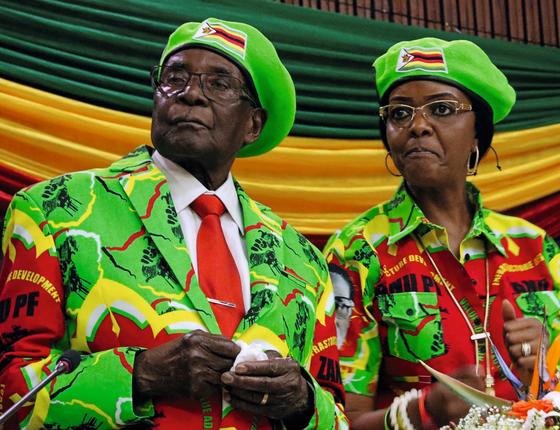 Mugabe e a mulher,Grace.Aos 93 anos,ele tentou passar o poder para ela.O partido reagiu (Foto:  Philimon Bulawayo/REUTERS)