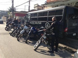 Policiais apreenderam nove motocicletas no Lins de Vasconcelos (Foto: Divulgação/Pmerj)