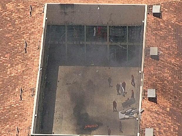 Presos queimam colchões dentro de pavilhão, durante rebelião na Penitenciária Nelson Hungria, em Contagem (Foto: Reprodução/Globocop/TV Globo Minas)