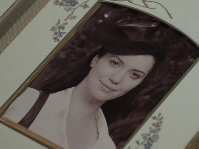 Sandra tem certeza que foto do medalhão é de Anastácia (Foto: TV Globo)