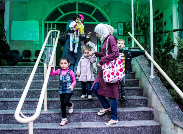 Famílias refugiadas com crianças buscam apoio da ONG paraconseguir doações de roupas e mantimentos.  (Foto: Guilherme Zauith/Ed. Globo)