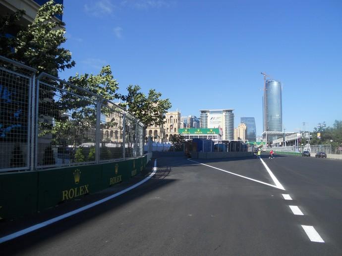 A entrada dos boxes. Está no ponto de maior velocidade e o muro que a separa da pista forma um ângulo desfavorável Circuito de Baku Azerbaijão Formula 1 (Foto: Livio Oricchio)