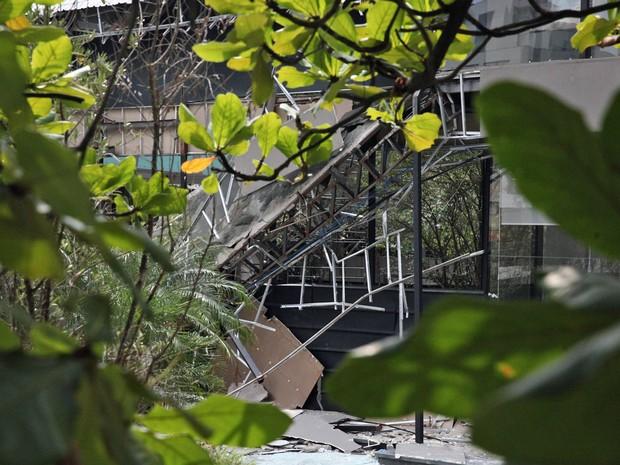 Detalhe da estrutura do estande de vendas da obra de um prédio em construção que desabou na Vila Olímpia, na zona sul de São Paulo (Foto: Fábio Tito/G1)