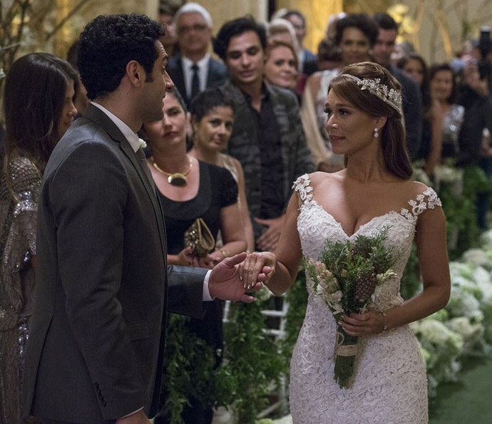 'Cê tá deslumbrante', diz Beto ao receber a noiva no altar (Foto: Ellen Soares/Gshow)