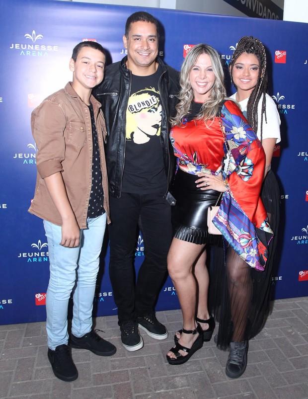 Carla Perez e Xanddy com os filhos, Camilly e Victor (Foto: Marcello Sá Barretto/AgNews)