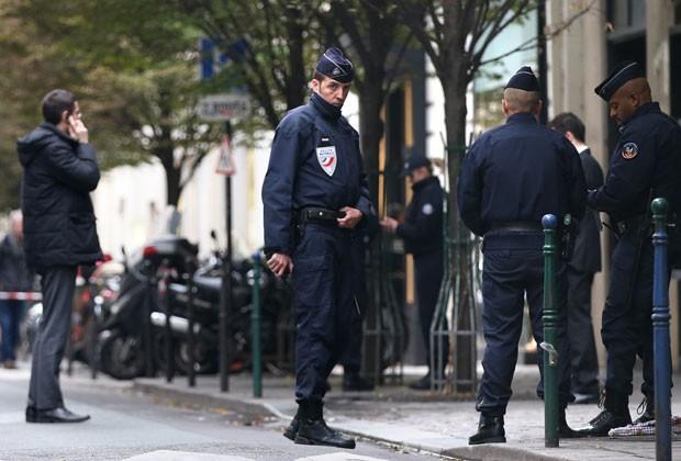 Policiais montam guarda na frente da sede do jornal francês Liberatión nesta segunda (18); fotógrafo foi ferido por homem armado no local (Foto: Kenzo Tribouillard/AFP)