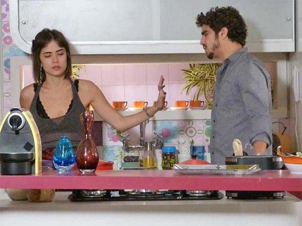 Patrícia recusa investidas (Foto: Amor à Vida/TV Globo)