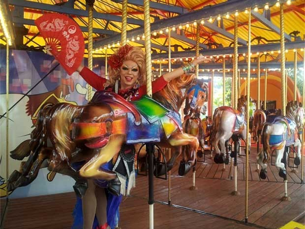 Drag queen Tchaka, madrinha do Day Gay no Hopi Hari, chega ao parque em Vinhedo (SP) (Foto: Bruna Stuppiello/G1 Campinas)