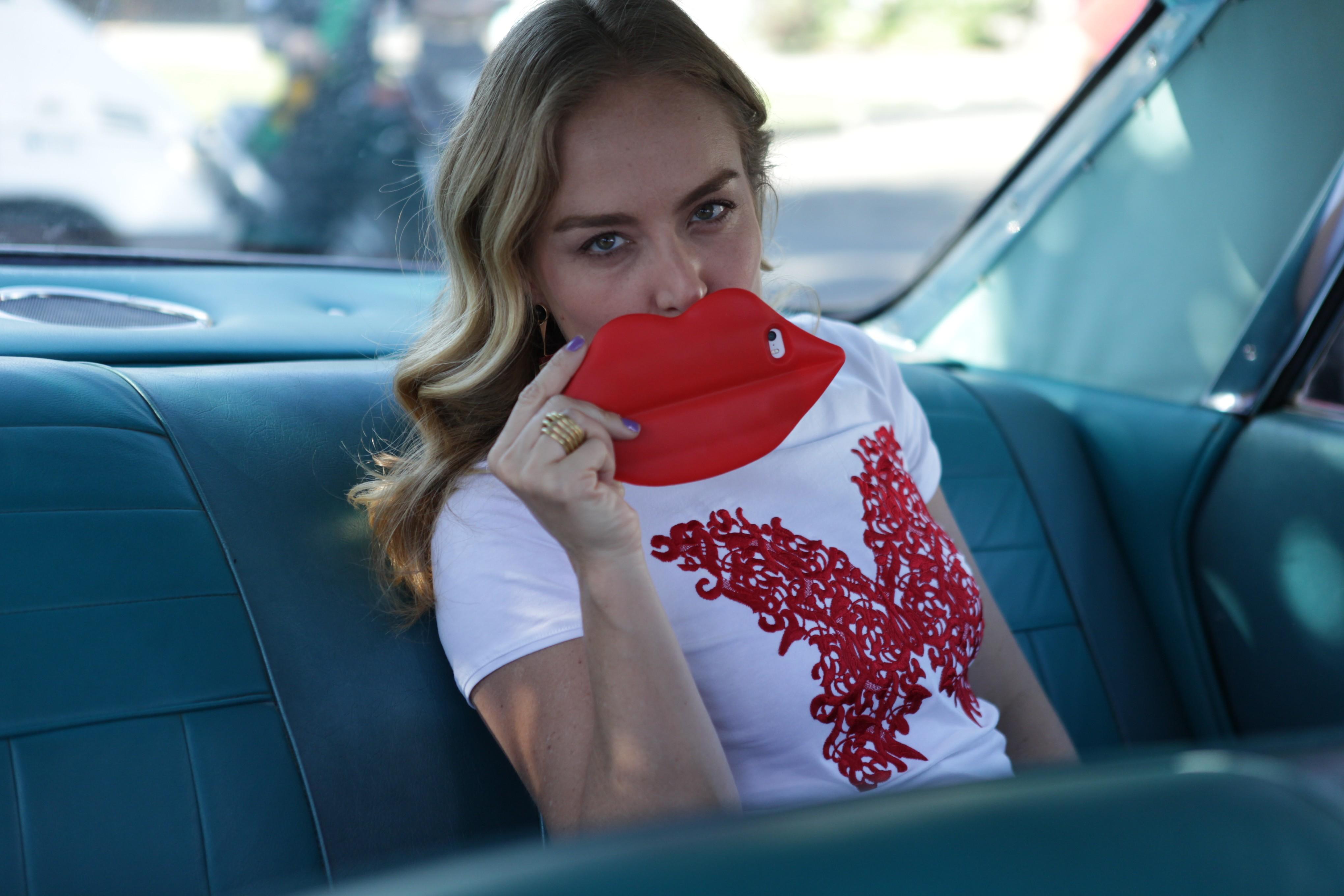 Angélica faz pose com a capa de celular em formato de boca (Foto: Estrelas/TV Globo)