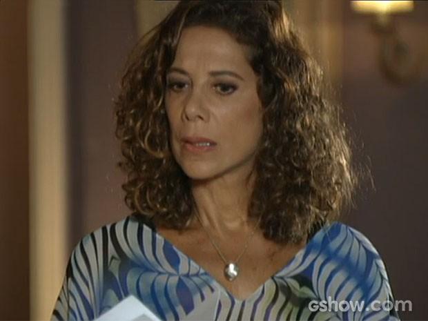 Branca fica chocada com a notícia (Foto: Em Família/TV Globo)