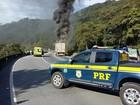 Incêndio em caminhão interdita trecho da BR-376 em Guaratuba, no Paraná