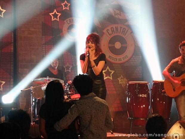 Palmira dá seu show no palco (Foto: Sangue Bom/TV Globo)