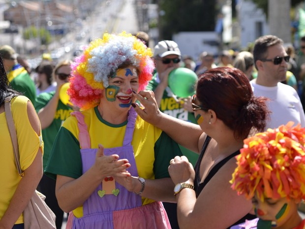 Manifestante se vestiu de palhaça em Lages (Foto: Fom Conradi/Divulgação)