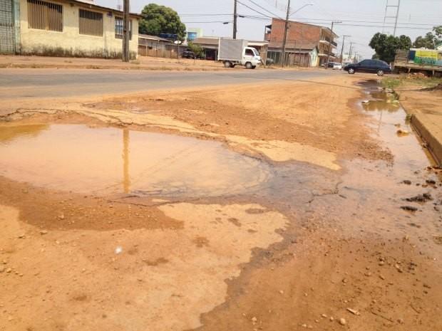 Vazamento de água provoca transtornos, no Bairro Nova Porto Velho (Foto: Vanessa Vasconcelos/Divulgação)