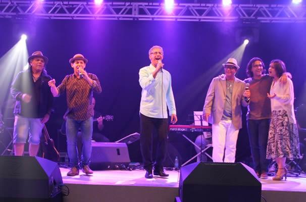 No final do espetáculo todos os cantores participantes do Projeto subiram no palco. (Foto: TV Anhanguera)