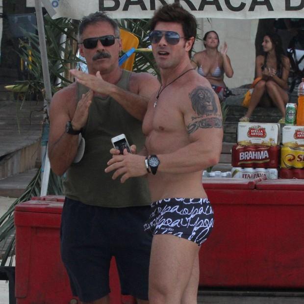 Oscar Magrini, com amigo, se irrita com assédio de fotógrafo (Foto: Gabriel Rangel/AgNews)