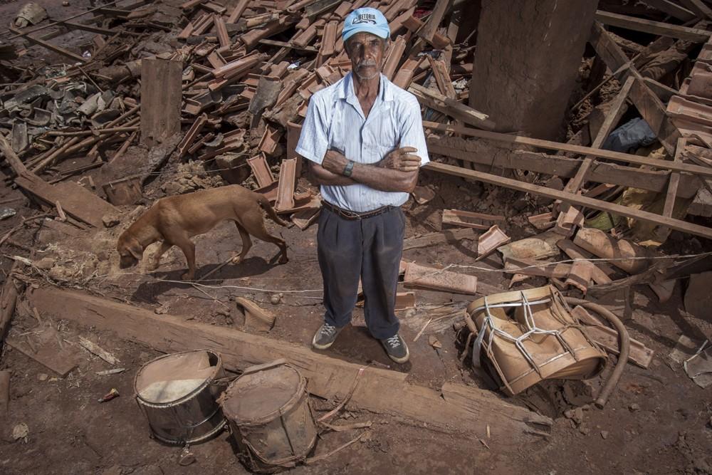 José Patrocinio de Oliveira em frente a sua casa que foi destruida. (Foto: ALEXANDRE C. MOTA/Nitro/ÉPOCA)