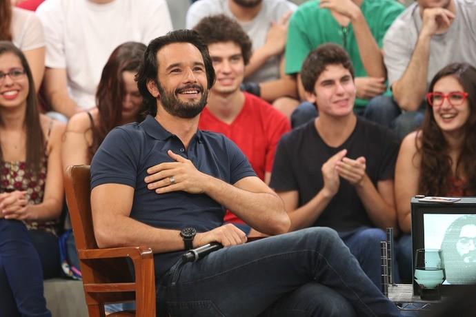 Santoro à vontade no palco do 'Altas Horas' (Foto: Carol Caminha/Gshow)
