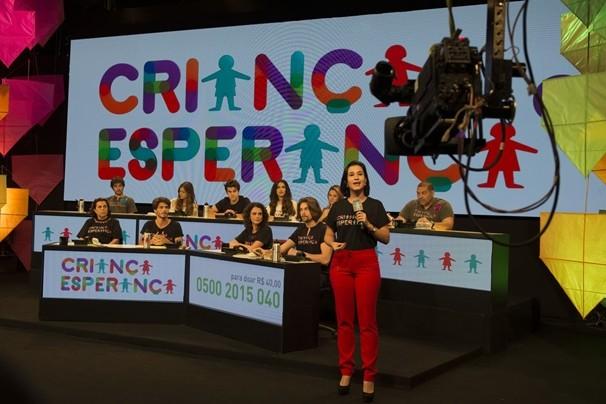 Caroline Ribeiro grava no Mesão Solidário, que reúne artistas atendendo as ligações do público que casa. (Foto: Globo)