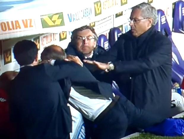 Técnico do Fiorentina Delio Rossi agride o jogador do próprio time Ljajic (Foto: Reprodução)