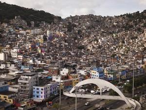 Passarela na favela da Rocinha, no Rio de Janeiro (Foto: Felipe Dana/AP)