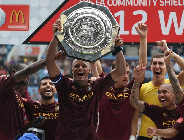 Kompany manchester city levanta a ta&#231;a supercopa Inglaterra (Foto: Ag&#234;ncia Getty Images)