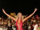 Andressa Urach usa macacão coladinho em ensaio de carnaval