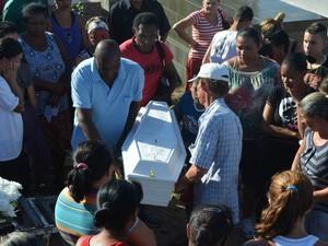 Velório e enterro do menino que morreu espancado em Piracicaba (Foto: Thomaz Fernandes/G1)