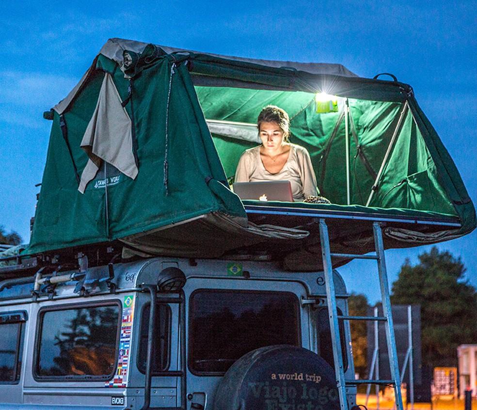 Rachel trabalha na barraca que usou com Leonardo durante os anos de viagem (Foto: Divulgação)