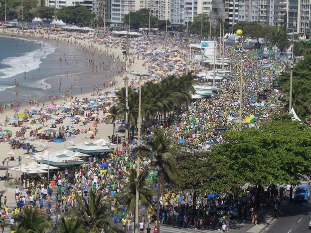 Praia de Copacabana recebe manifestantes e banhistas neste domingo (Foto: Rodrigo Gorosito / G1)