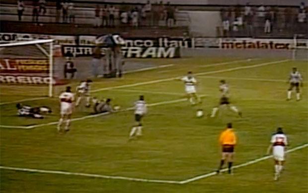 FRAME Negrini gol Atlético-MG contra Olimpia final 1992 (Foto: Reprodução)