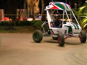 Equipe de alunos da USP de São Carlos desenvolveu novo carro baja para competição (Foto: Paulo Chiari/EPTV)