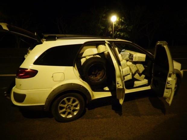 Caixas com óculos eram transportadas em carro (Foto: Polícia Rodoviária/Divulgação)