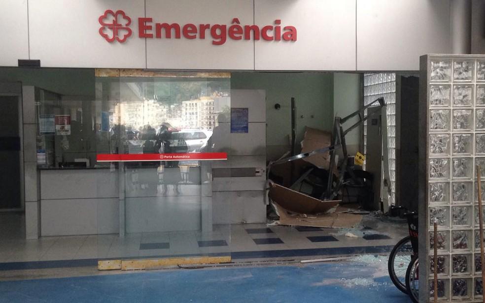 Recepção da unidade hospitalar teve os vidros quebrados (Foto: Bruno Albernaz / G1)