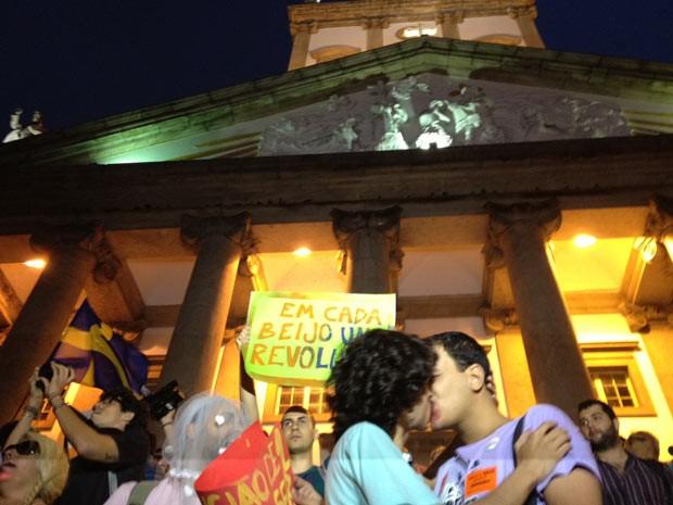 Grupo promoveu beijaço contra visita papal (Foto: G1)