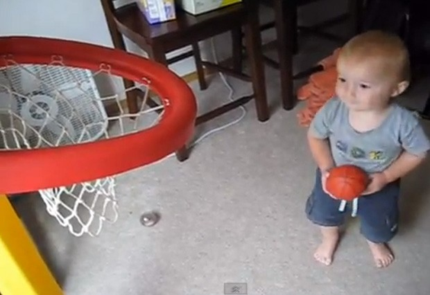 O pequeno Titus faz sequência de cestas impressionante em vídeo (Foto: Reprodução)