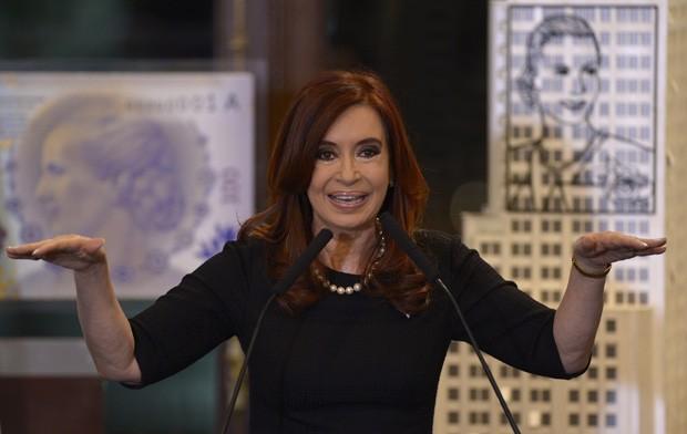 A presidente argentina, Cristina Kirchner, discursa diante de representação da nova nota com o rosto de Eva Perón (Foto: Juan Mabromata / AFP)