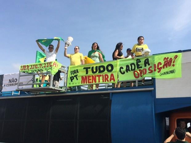 Manifestantes pró-impeachment da presidente Dilma Rousseff em carro de som na área central de Brasília (Foto: Jéssica Nascimento/G1)