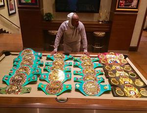 Floyd Mayweather mostra sua coleção de cinturões nas redes sociais (Foto: Reprodução)
