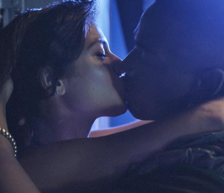 Krica e Cleyton beijam muuuito no final da festa no hostel! (Foto: TV Globo)